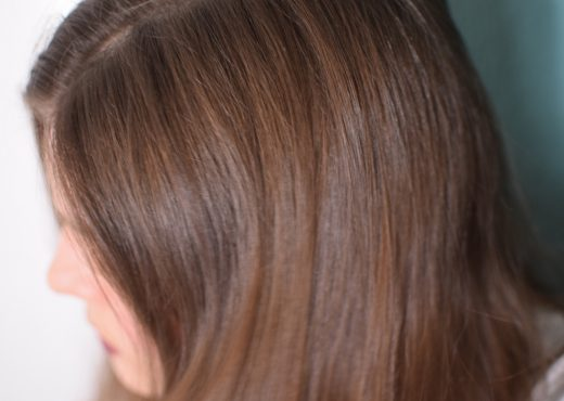 Eine Frau mit dunkelblondem, glänzenden Haar in ihrer Naturhaarfarbe