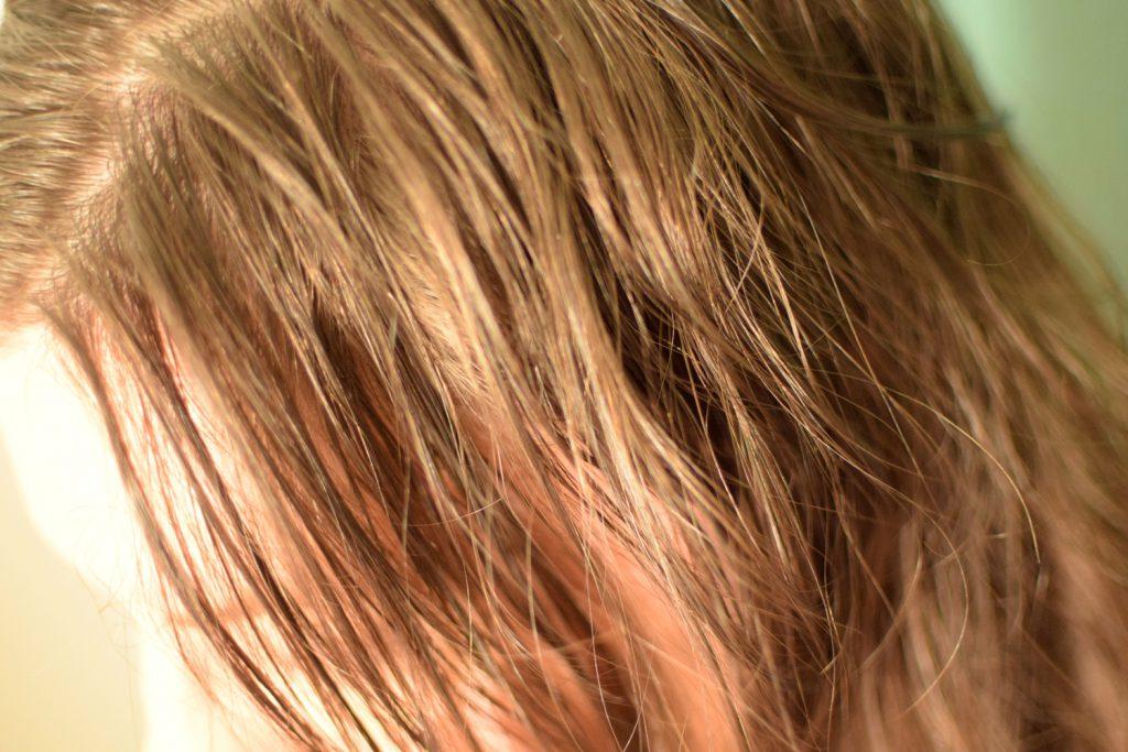 Frau mit handtuchtrockenem, braunblondem Haar