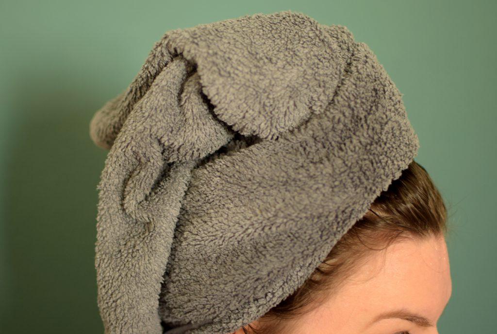 Haare in einem Handtuch-Turban