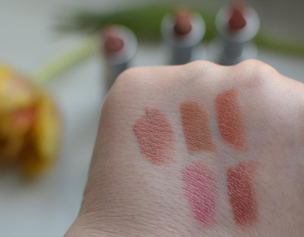 Swatch der Alva Lippenstifte von links oben nach rechts unten: M1, M2, M3, red pink und C2
