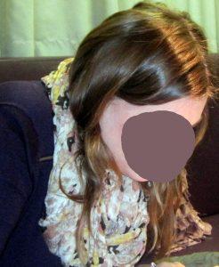Mädchen mit glänzendem, dunkelblonden Haar