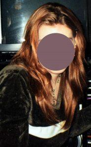 Mädchen mit rot getöntem Haar