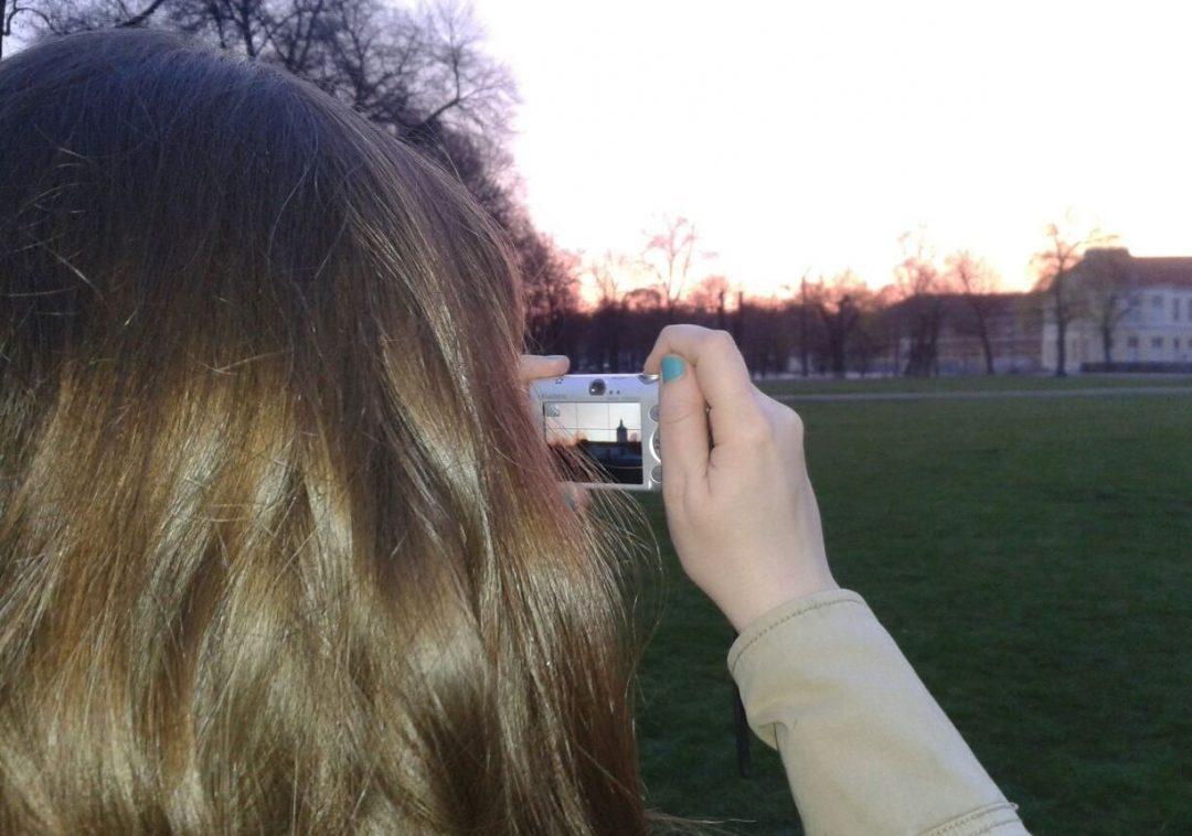 Mädchen fotografiert das Schloss Charlottenburg