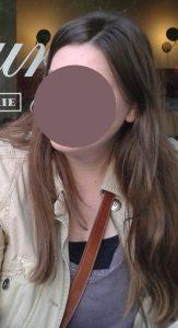 Mädchen mit dunkelblondem, langem Haar