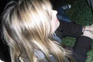Mädchen auf einem Rasen