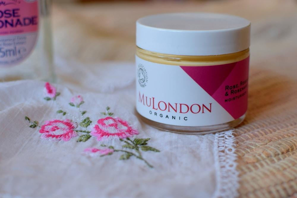 Reichhaltige Feuchtigkeitspflege von MULondon mit Rose, Wildrose und Rosmarin