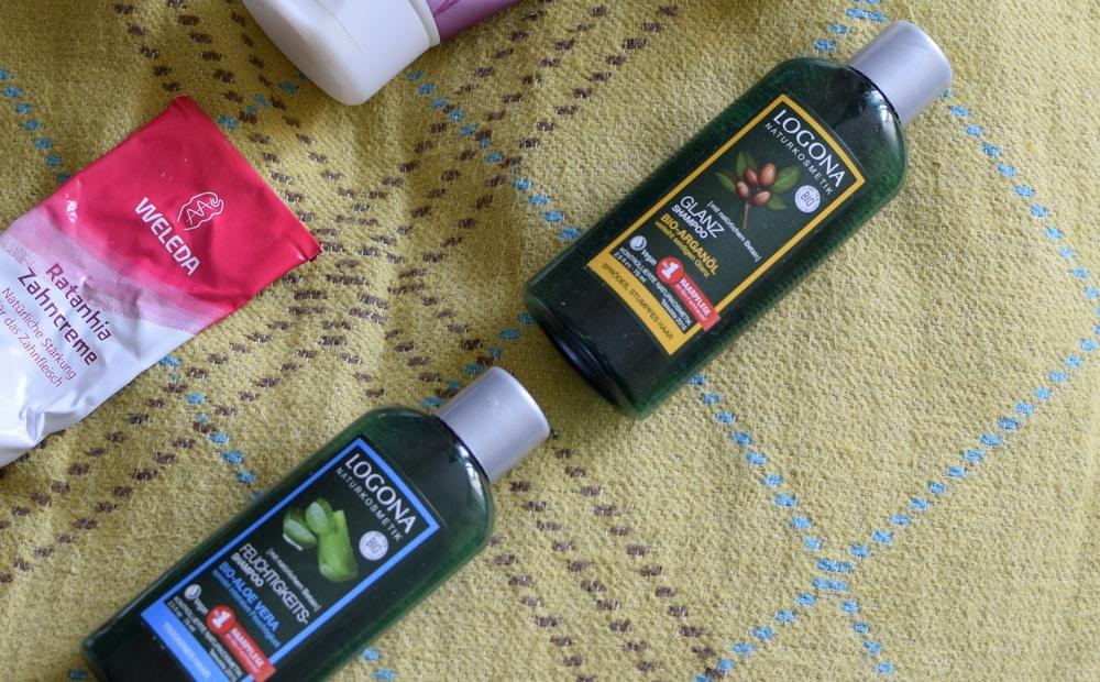 Zwei Fläschchen Haarshampoo von Logona: Das Aloe-Vera -Shampoo und das Arganöl-Shampoo