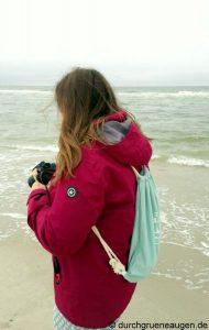 Frau an der Nordsee am fotografieren