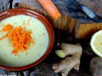 Kokos-Kartoffel-Suppe mit geraspelten Möhren angerichtet