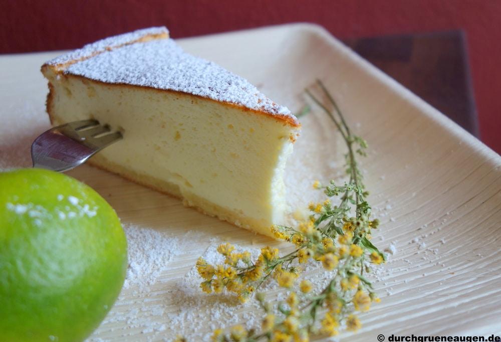 Ein Stück Käsekuchen mit Limette